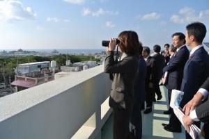 宜野湾市役所屋上から普天間飛行場を眺めました。市街地の真ん中にあるため都市開発という面においても支障があります。