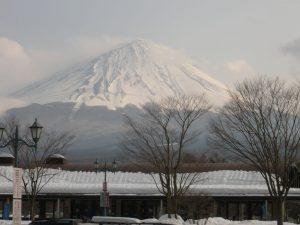 霊峰富士は雪化粧し荘厳です。
