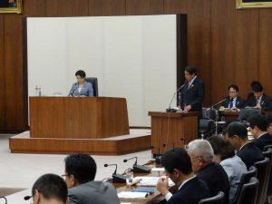 政府案に対する質問に答える下村大臣