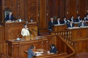 民主・維新共同提出の対案の趣旨説明者と答弁者が並ぶ本会議場の雛壇