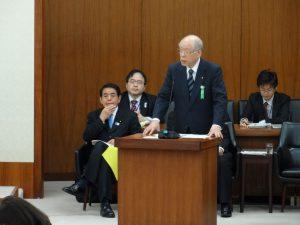 文科委員会で答弁に立つ野依理化学研究所理事長