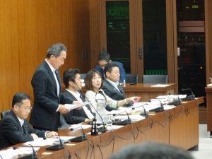 民主党を代表して政府案に反対の討論をする吉田委員