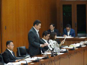附帯決議の動議を提出する笠委員
