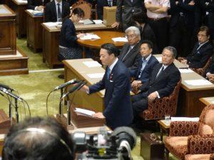 党首討論で安倍総理を追及する海江田代表