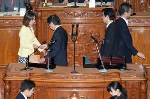 衆議院本会議にて。 石原環境大臣の不信任案に賛成票を投じました