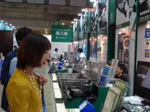 こちらは燕三条からの出展ブースです。ほかにも新潟、長岡のブースがあり、自治体もサポートしております。