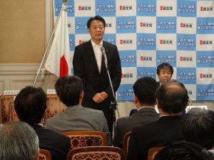 代議士会で党首会談の報告をする海江田代表