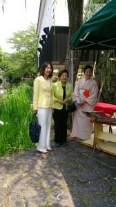 嘉田知事と一緒に、お茶会の席にお邪魔しました。嘉田さんはさすが知名度、人気が高いですね~。