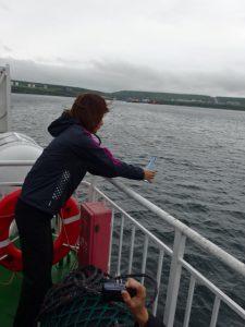 船上から日本酒をたむけ慰霊致しました