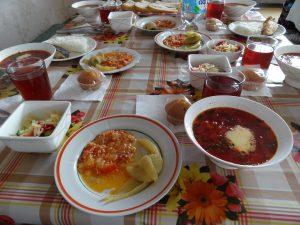 昼食に頂いたのはボルシチをはじめロシア料理