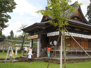 栃尾・常安寺の秋葉火祭りの準備