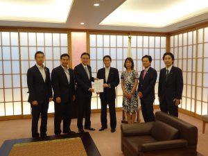 岸田外務大臣に要望書を手渡しました