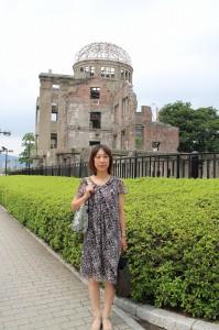 圧倒的な破壊力の中でも、奇跡的に残った原爆ドーム。地面は、当時崩れたであろうがれきが、そのままの状態で保存されていました。