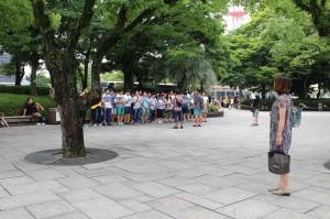 平和記念公園の片隅で、中高生位の子どもたちが 、反戦の歌を合唱していました。