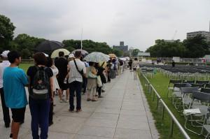 お昼過ぎに到着したのですが、献花台の前に、人の列が途切れる様子はありませんでした。