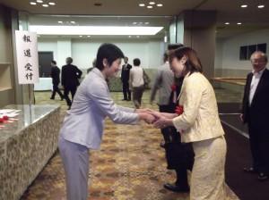 会場入り口で西村さんがお出迎え