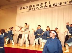 踊りのアトラクションに西村さんも飛び入り参加