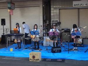 ガールズバンドの演奏