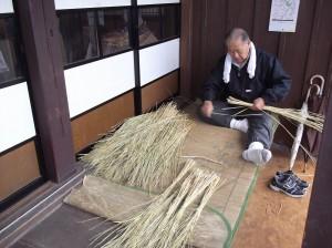 縁側で藁を編んでいました