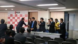 第10代代表として、民主党の再生に取り組まれてきた海江田先生。感謝の意を込め全議員拍手でお送りました。
