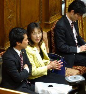 質問に立つ小川淳也代議士を激励