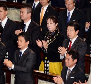 採決後、全議員が起立し、拍手。