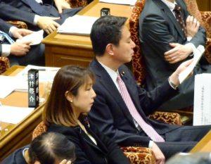 予算委員会に出席。