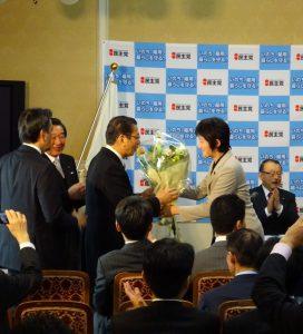 代議士会では、永年在職議員表彰を受けられる先輩議員に花束が贈られました。