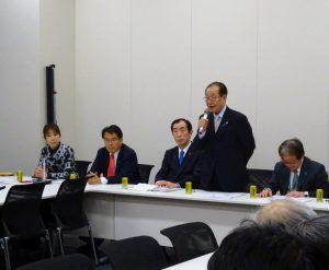 左から、菊田、松原仁本部長代行、髙木義明本部長、飯塚繁雄家族会代表、増元照明さん