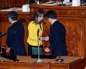 本会議にて政府予算案に反対票を投じる。