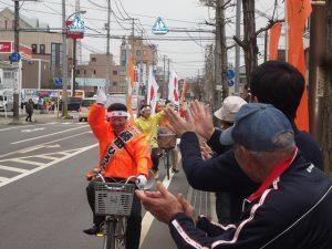 沿道の皆さんの声援を受けて「藤田ママチャリ隊」が走ります