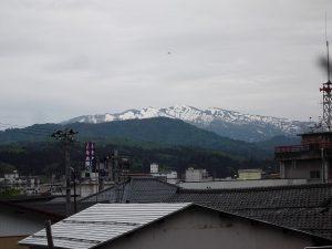 守門岳には、まだ雪が残っています。