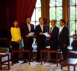 拉致問題解決に向けた今後の進め方について、民主党を代表して菅官房長官に申し入れを行いました。