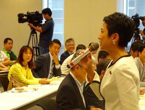 蓮舫代表代行も駆けつけ、力強い挨拶。多くの議員が参加しました。