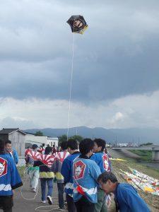 午前中は雨の為、開催が危ぶまれましたが、午後からは絶好の凧日和。無事に大凧が大空を舞いました。
