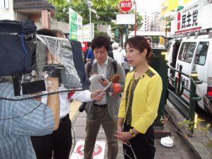 街頭演説終了後、報道各社より取材を受けました。