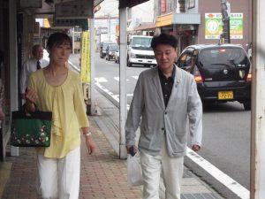 宇野市議会議員と商店街を散策