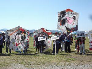 開会式で各組の凧が並びました