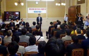 本会議退席後は、野党による強行採決に抗議する緊急集会が開かれました。