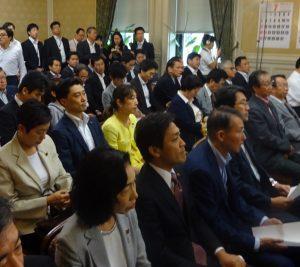 代議士会では、長妻代行より沖縄での安保委員会参考人質疑の報告、細野政調会長より領域警備法案についての説明がありました。