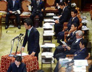 民主党提出の領海警備法案も同時に審議され、答弁席には大臣に加え、民主党議員も着席しています。