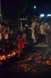 小さなお子さんも火渡りに参加していました