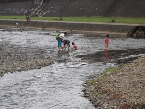親子連れで、加茂川で水遊びをされてました。
