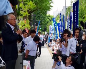 国会前座り込み、路上集会で激励を飛ばす連合古賀会長