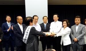 日弁連会長から請願が手渡されました。