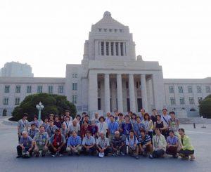 議事堂正面で国会見学の皆さんと記念撮影。