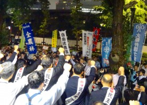 小雨が降る中、夜には日弁連、学者らによる安保法案廃案の国会請願が行われました。