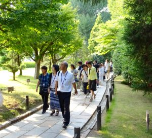 木々に囲まれた県木の小径を参加者の皆さんと。