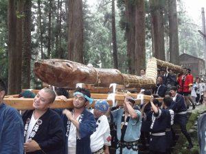 大蛇が神社からおりてきました
