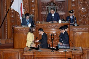 内閣不信任案に賛成票を投じる。